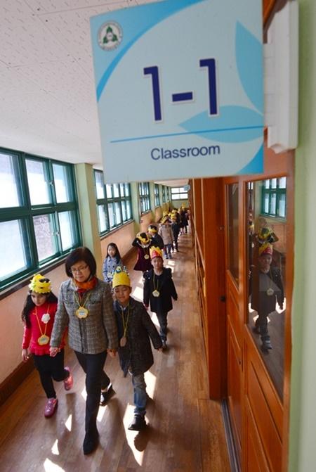 지난해 3월 2일 오전 서울 용산구 이태원초등학교 입학식을 마친 신입생들이 선생님과 함께 교실을 돌아보고 있다. ⓒ뉴시스·여성신문