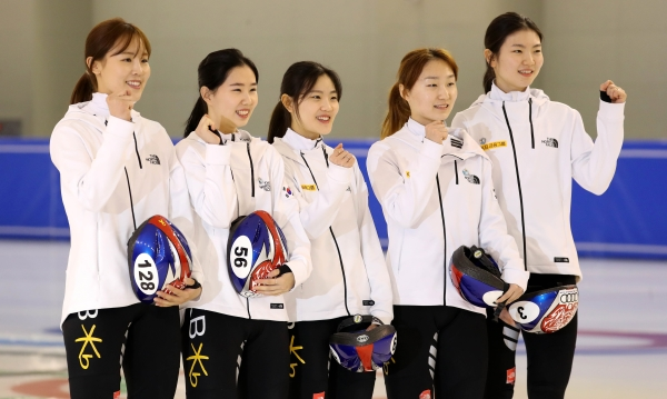 2018 평창동계올림픽대회 G-30 미디어데이 행사가 열린 지난 1월 10일 충북 진천군 진천국가대표선수촌에서 여자 쇼트트랙 선수들이 파이팅을 외치고 있다. ⓒ뉴시스·여성신문