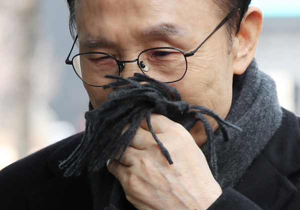 다스 실소유주 의혹을 받고 있는 이명박 전 대통령이 20일 오후 서울 강남구 대치동 사무실에 출근하고 있다. 이날 이명박 전 대통령의 금고지기로 알려진 다스(DAS) 협력업체 금강의 이영배 대표가 구속됐다.