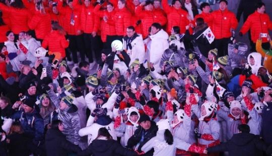 25일 오후 강원도 평창 올림픽스타디움에서 열린 2018년 동계올림픽 폐막식에서 승리의 밤 EDM 축제에 선수들이 나와 축제를 즐기고 있다. ⓒ뉴시스·여성신문