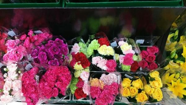 여성의 날이 다가오면 시내 곳곳에서 꽃다발을 판매하는 모습을 쉽게 찾아볼 수 있다. ⓒ송수산