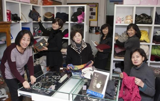 기증 받은 물건을 판매하는 '홀씨 알뜰매장'에서 비영리민간단체 '여성장학클럽 홀씨'회원들이 판매하는 물품을 들고있다. ⓒ이정실 여성신문 사진기자