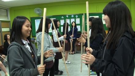 EBS '다큐프라임-교육혁명, 15세에 주목하라' 중 막대를 던져 상대가 봉을 잡을 수 있도록 하는 수업을 학생들이 듣고 있다. ⓒEBS '다큐프라임-교육혁명, 15세에 주목하라'