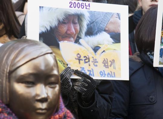 제    1160차 일본군'위안부' 문제해결을 위한 정기 수요시위가 7일 서울 종로구 일본대사관 앞에서 열리고 있는 가운데 '평화의 소녀상' 뒤로 2006년도 수요시위 사진이 보이고 있다. 수요시위는 1992년 1월 28일 첫 시위를 시작하여 올해로 23년째 이어지고 있다. ⓒ이정실 여성신문 사진기자