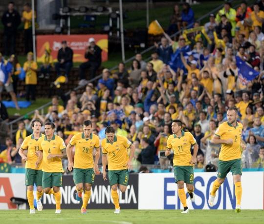 27일 오후(현지시각) 호주 뉴캐슬 스타디움에서 열린 2015 호주 아시안컵 4강전 호주와 아랍에미리트(UAE)의 경기에서 호주 트렌트 세인스버리가 첫 번째 골을 넣고 동료들과 기뻐하고 있다. ⓒ뉴시스·여성신문
