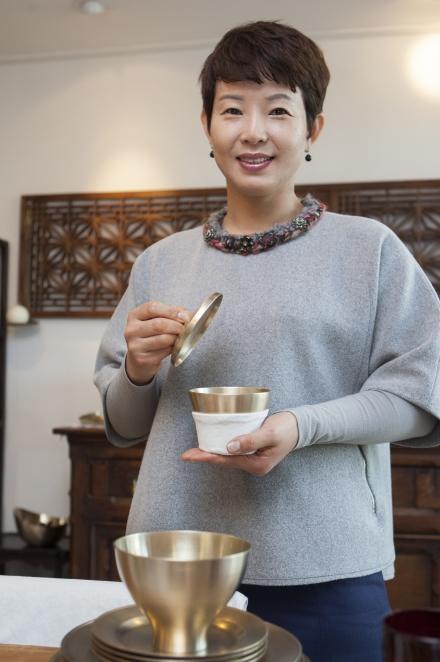 남편 이경동씨가 만든 놋그릇을 들고 있는 김순영 놋그릇 가지런히 대표.
