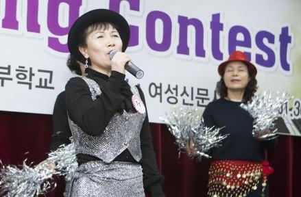1월 30일 오후 서울 대흥동 양원주부학교 지하 강당에서 열린 제9회 팝송경연대회에서 참가자들이 노래를 부르고 있다. ⓒ이정실 여성신문 사진기자