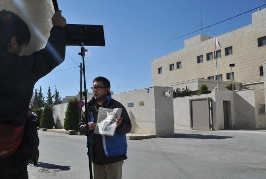 1일(현지시간) IS(이슬람국가)의 두 번째 일본인 인질인 고토 겐지씨의 참수 소식이 전해지자 주 요르단 일본 대사관 앞에서 한 일본 기자가 요르단 일간지를 들고 소식을 전하고 있다. ⓒ뉴시스·여성신문