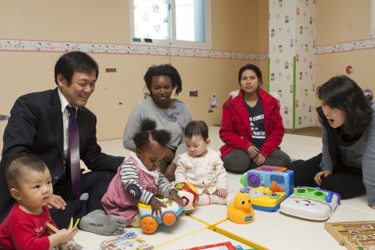 김해성 목사가 이주여성지원센터에 머물고 있는 아이를 돌보고있다. ⓒ이정실 여성신문 사진기자
