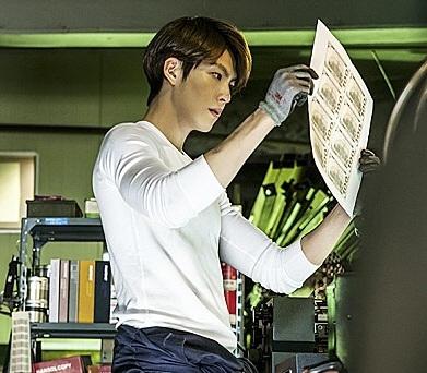 위조수표를 만들어 생활비를 충당하려던 20대가 검거됐다. / 영화 기술자들 중 배우 김우빈이 수표를 위조하는 장면.