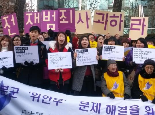 갑오년 새해 첫날 서울 종로 일본대사관 앞 수요정기집회를 찾은 시민들이 김복동(89), 길원옥(87) 위안부 피해할머니와 함께 위안부 문제해결을 촉구하고 있다. ⓒ여성신문 DB