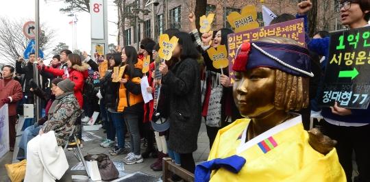 18일 오후 일본군 위안부 문제 해결을 위한 정기 수요집회에 참석한 일본군 위안부 피해자 김복동, 길원옥 할머니와 학생들의 모습