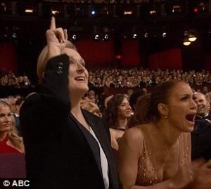 배우 패트리샤 아퀘트가 아카데미 여우조연상 수상 소감으로 동일 임금을 강조하자 여성 배우들이 환호하고 있다. ⓒABC 방송화면