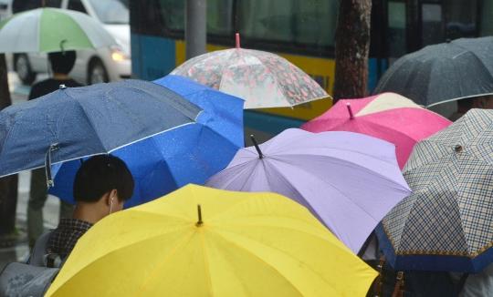 기상청에 따르면 23일 목요일 날씨는 전국이 동해상에 위치한 고기압의 가장자리에 들어 가끔 구름이 많겠으나 강원 영서 북부는 오후에 소나기가 오는 곳이 있겠다. ⓒ뉴시스·여성신문