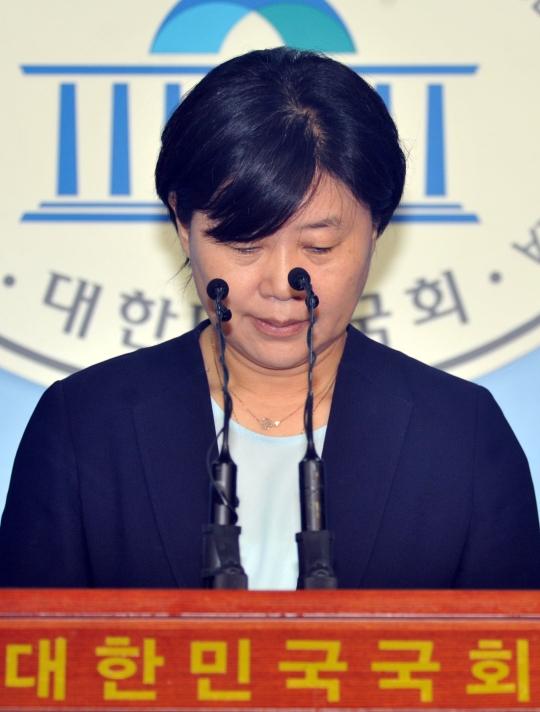 가족 채용 논란을 일으킨 더불어민주당 서영교 의원이 30일 오후 당무감사원 징계 결정 발표 후 국회 정론관에서 기자회견을 하고 있다.
