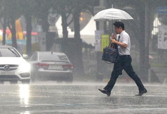 1일 금요일 날씨는 전국이 대체로 흐리고 서쪽지방에서 비가 시작돼 오후에 전국으로 확대되겠다. ⓒ뉴시스·여성신문