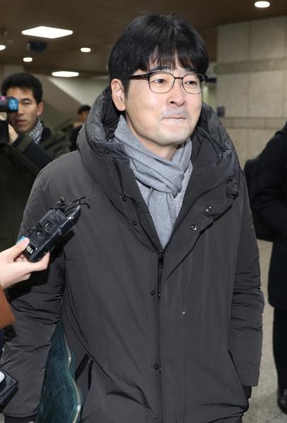 제19대 대선 때 불법 선거운동을 한 혐의를 받고 있는 탁현민 청와대 선임행정관이 지난 1월 9일 서울중앙지법에서 열린 2차 공판 후 밖으로 나서며 취재진의 질문에 입을 굳게 닫고 있다. ⓒ뉴시스·여성신문