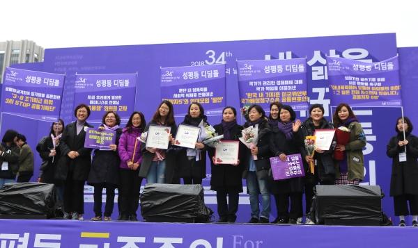 4일 서울 광화문 광장에서 열린 3.8 세계여성의 날 기념 제 34회 한국여성대회 기념식에서 성평등 디딤돌 수상자들이 기념촬영을 하고 있다.
