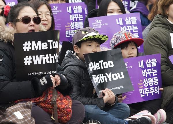 4일 서울 광화문 광장에서 열린 3.8 세계여성의 날 기념 제34회 한국여성대회 참가자들이 여러 손팻말을 들고 있다. ⓒ이정실 여성신문 사진기자