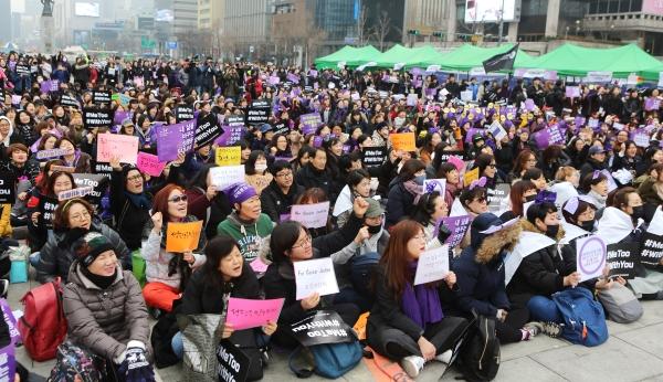 4일 서울 광화문 광장에서 열린 3.8 세계여성의 날 기념 제 34회 한국여성대회에서 참가자들이 구호를 외치고 있다. ⓒ이정실 여성신문 사진기자