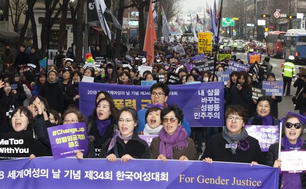 4일 서울 광화문 광장에서 열린 3.8 세계여성의 날 기념 제 34회 한국여성대회에서 참가자들이 행진을 하고 있다. ⓒ이정실 여성신문 사진기자