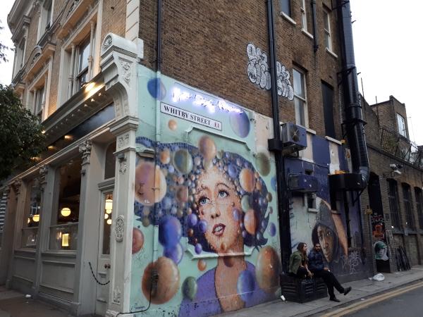 런던 쇼디치의 벽화. 저항과 분노를 표하는 그라피티가 아니라, 상업적이고 아름다운 그림이 많았다. ⓒ박선이 교수