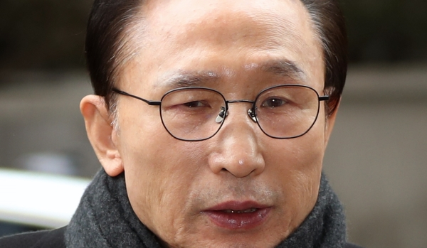 다스 실소유주 의혹을 받고 있는 이명박 전 대통령이 지난달 27일 오후 서울 강남구 대치동 사무실로 출근하고 있는 모습. 이 전 대통령은 오는 14일 검찰 소환을 앞두고 있다. ⓒ뉴시스·여성신문