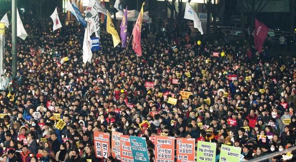 지난 1월 서울 광화문광장에서 열린 박근혜 대통령 퇴진을 촉구하는 새해 첫 촛불집회 '박근혜는 내려오고, 세월호는 올라오라!' 집회 후 시민들이 청와대 방향으로 행진하고 있다. ⓒ이정실 사진기자