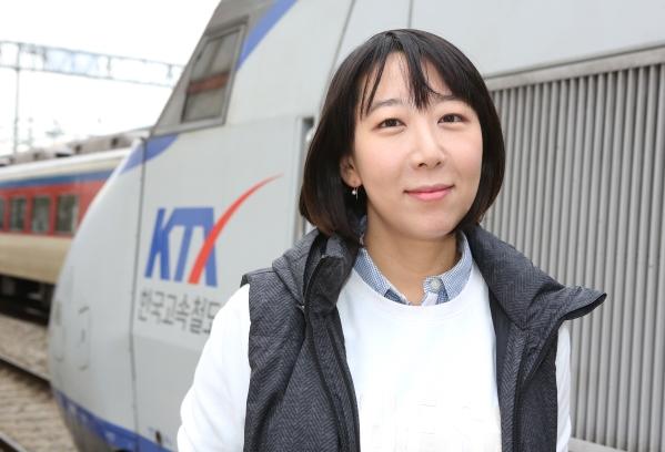 서울역 KTX 앞에선 김승하 KTX열차승무지부 지부장. 그는 임금 반환 문제가 잘 해결됐지만, 아직 남아있는 문제가 해결되려면 멀었다고 했다. 하지만 기대감은 어느 때보다 크다. ⓒ이정실 여성신문 사진기자