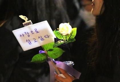 3.8 세계여성의 날을 맞아 페미 퍼레이드 'METOO&#WITHYOU'가 8일 서울 마포구 경의선숲길공원에서 열려 참가자들이 흰 장미를 들고 있다. ⓒ이정실 여성신문 사진기자