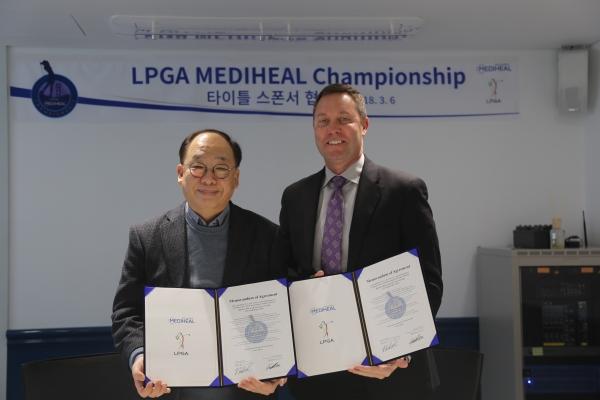 권오섭 엘앤피코스메틱 회장(왼쪽)과 LPGA 투어 사무국 마이크 완 회장 ⓒ메디힐