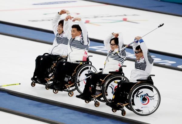 13일 오후 강원도 강릉시 강릉컬링센터에서 열린 2018 평창동계패럴림픽 휠체어컬링 예선 7차전 대한민국과 스위스의 경기에서 한국이 6-5로 승리 선수들이 관중을 향해 하트를 하고 있다. ⓒ뉴시스·여성신문