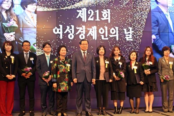 제21회 여성경제인의 날 기념식에서 모범여성 기업인 등 수상자들이 기념사진을 찍고 있다. ⓒ이유진 기자