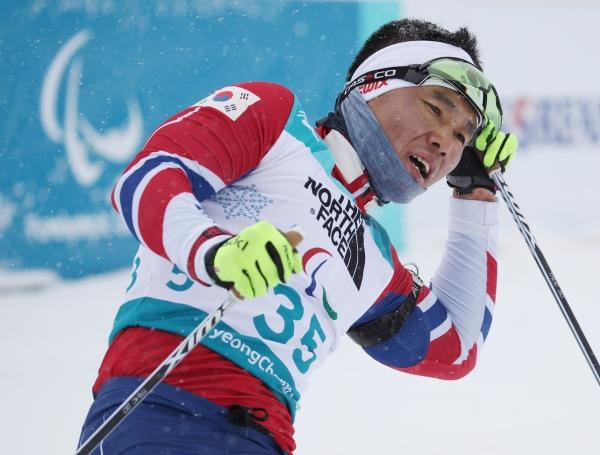 지난 16일 강원도 평창 바이애슬론센터에서 열린 2018 평창동계패럴림픽 바이애슬론 남자 15Km 좌식 경기에서 한국 신의현이 결승선을 통과하며 힘들어 하고 있다. ⓒ뉴시스·여성신문