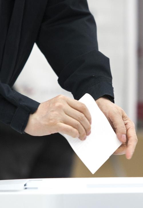 투표함에 투표용지를 넣는 모습 ⓒ여성신문