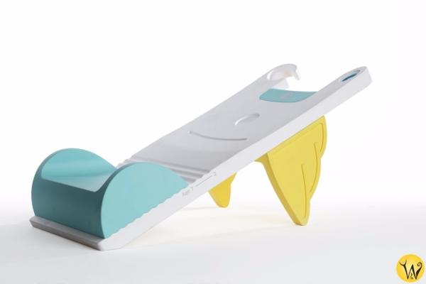 정은경 대표가 발명한 어린이 샴푸의자 겸 발판 '샴푸스텝'. 경사면을 만들고 그 끝에 홈을 파 머리를 감길 수 있도록 했으며, 경사면 각도를 조절해 세면대 발판으로도 이용할 수 있다. ⓒ한국여성발명협회