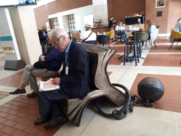 브리티시 라이브러리 로비. 사람들이책을 형상화한 벤치에 앉아 쉬고 있다. ⓒ박선이 교수