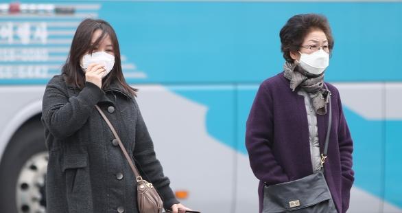 미세먼지 농도가 '나쁨' 상태를 나타낸 지난 13일 서울 종로구 광화문광장 일대에서 마스크를 쓴 시민들이 길을 걷고 있다. ⓒ뉴시스·여성신문