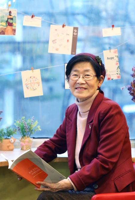 """공정무역 카페 티트립에서 만난 한국이주여성인권센터 설립자 한국염 목사. 그는 """"이주여성을 '위한' 운동이 아니라 이주여성과 '함께하는' 운동을 해야 한다""""고 강조했다. ⓒ이정실 여성신문 사진기자"""