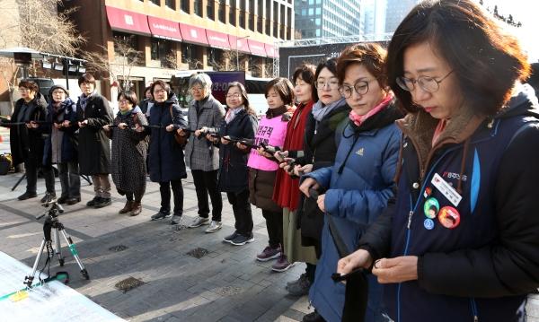 '2018분 이어말하기'는 2018분(33시간 38분)을 상징하는 34명의 사람이 나와 각자가 가진 끈을 잇는 퍼포먼스로 시작한다. 34명은 '#미투 운동과 함께하는 시민행동' 공동대표단을 비롯해 장애 여성, 이주여성, 세대 별 여성 등 다양한 사람들로 구성됐다. ⓒ이정실 여성신문 사진기자