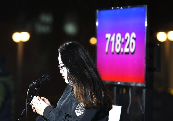 22일 '2018분의 이어말하기'가 계속되고 있는 서울 청계광장에 어둠이 내리자 불을 밝히고 어어말하기가 진행되고 있다. ⓒ이정실 여성신문 사진기자