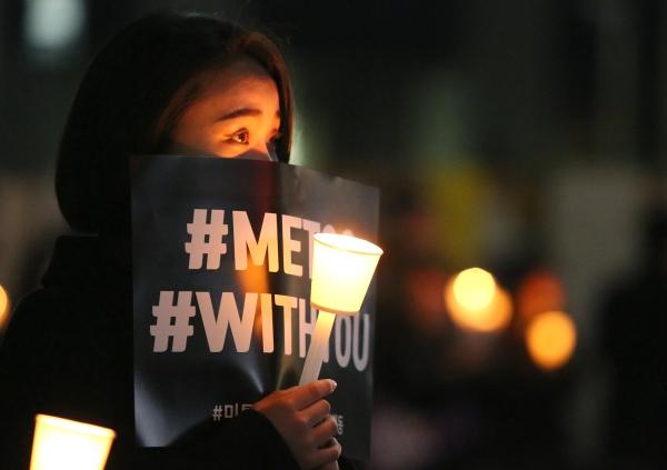 23일 저녁 서울 종로구 청계광장에서 열린 '성차별·성폭력 끝장문화제' 참가자가 촛불을 들고 있다. ⓒ이정실 여성신문 사진기자