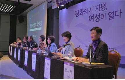 평화를 위한 여성들의 여성과 미래상이 논의된 패널토론 ⓒ강원도