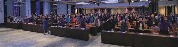 참석자들이 평화의 메시지를 담은 보라색 종이비행기를 날리고 있다 ⓒ강원도