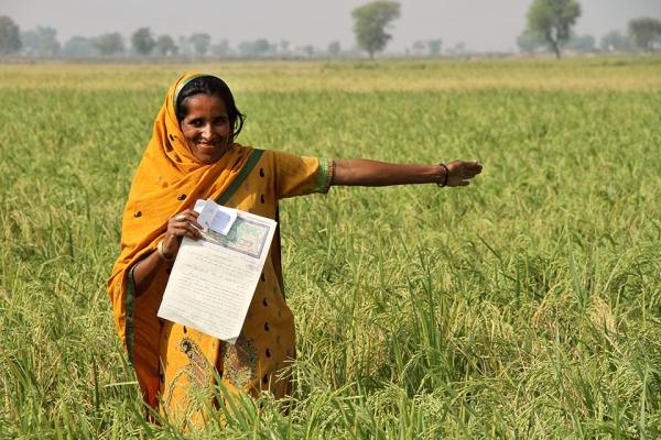 생애 처음으로 자신의 이름으로 된 토지 증서를 받고 기뻐하는 파키스탄 여성 농민. ⓒUN Women/Faria Salman