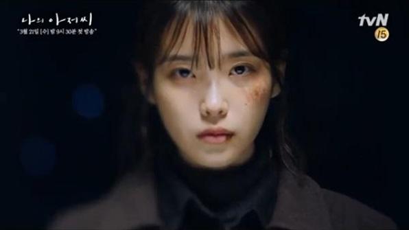 21일 tvN 드라마 '나의 아저씨' 첫방송엔 사채업자 광일(장기용 분)이 빚을 갚지 못한 지안(아이유 분)을 폭행하는 장면이 나왔다. ⓒtvN 방송화면 캡처