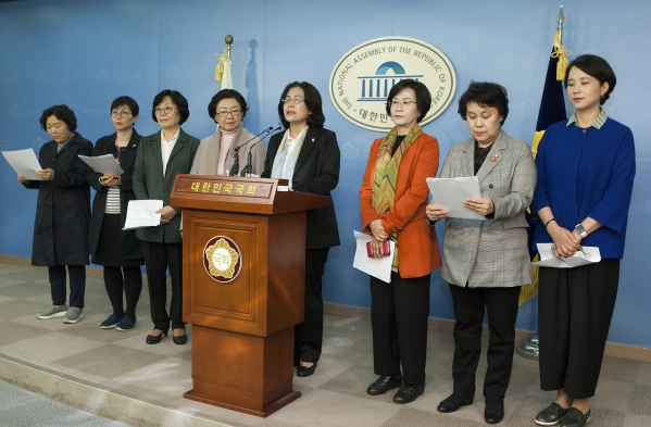 더불어민주당 전·현직 여성 국회의원들과 여성단체 대표들이 2일 국회 정론관에서 기자회견을 열고 광역자치단체장 여성전략공천을 촉구했다. ⓒ이정실 여성신문 사진기자