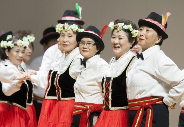 지난해 9월 서울 은평구 은평문화예술회관에서 열린 제20회 노인의 날 은평구 기념행사 2부 은평어르신발표회에서 역촌노인복지관 어르신들이 포크댄스 공연을 선보이고 있다. ⓒ이정실 사진기자