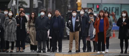 중국발 황사 등 영향으로 대부분 지역의 미세먼지 농도가 높아지고 있는 3월 29일 오전 서울 종로구 광화문네거리에서 마스크를 한 시민들이 출근을 하고 있다. ⓒ뉴시스·여성신문