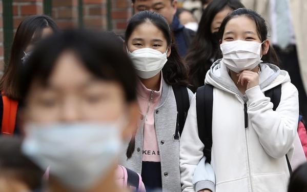 미세먼지 농도가 '나쁨' 수준을 보인 3월 27일 오전 서울 서대문구의 한 초등학교로 학생들이 마스크를 쓴 채 등교하고 있다. ⓒ뉴시스·여성신문